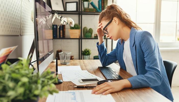 Junge Frau hat Stress im Home-Office
