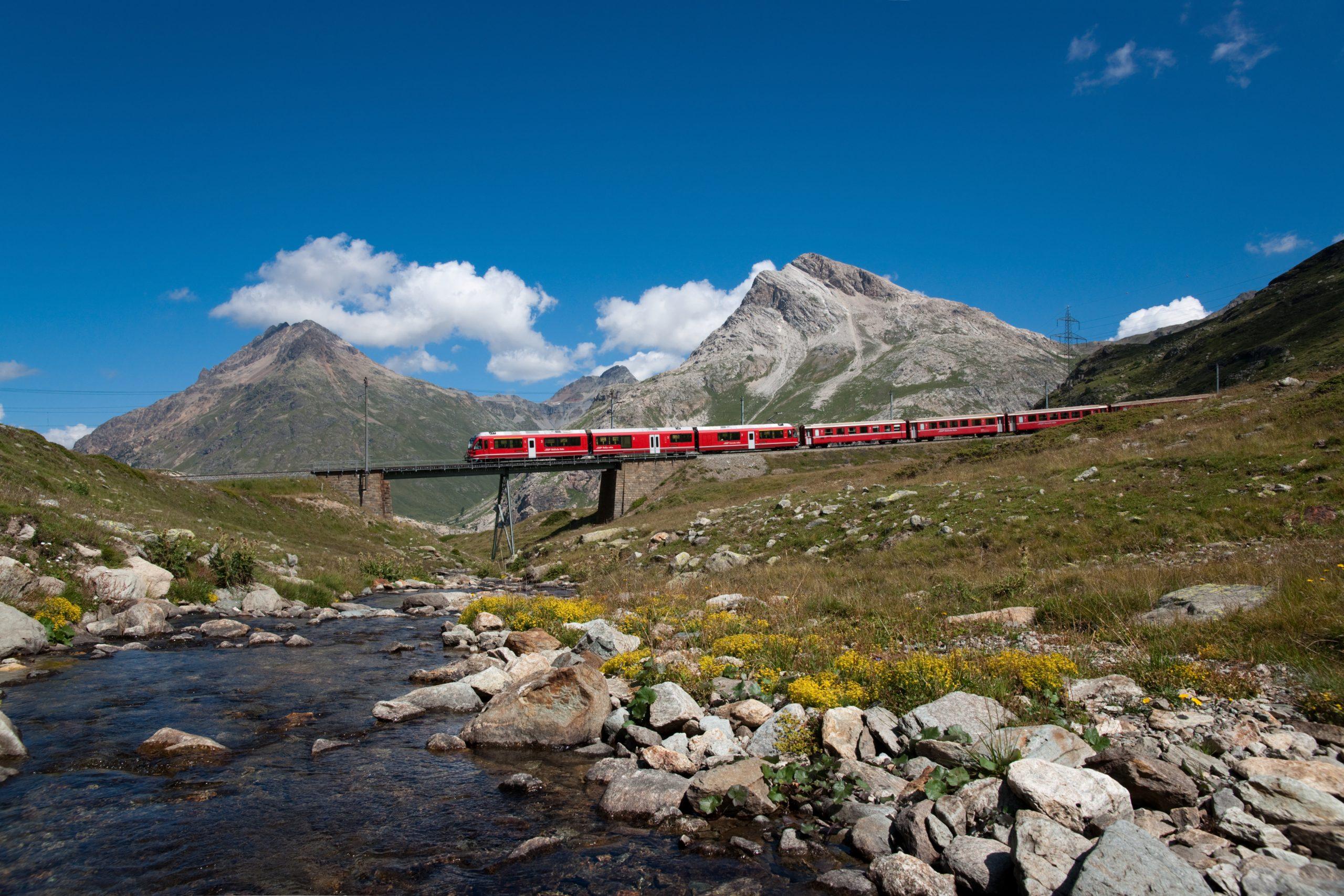 Zug fährt über Brücke Berglandschaft