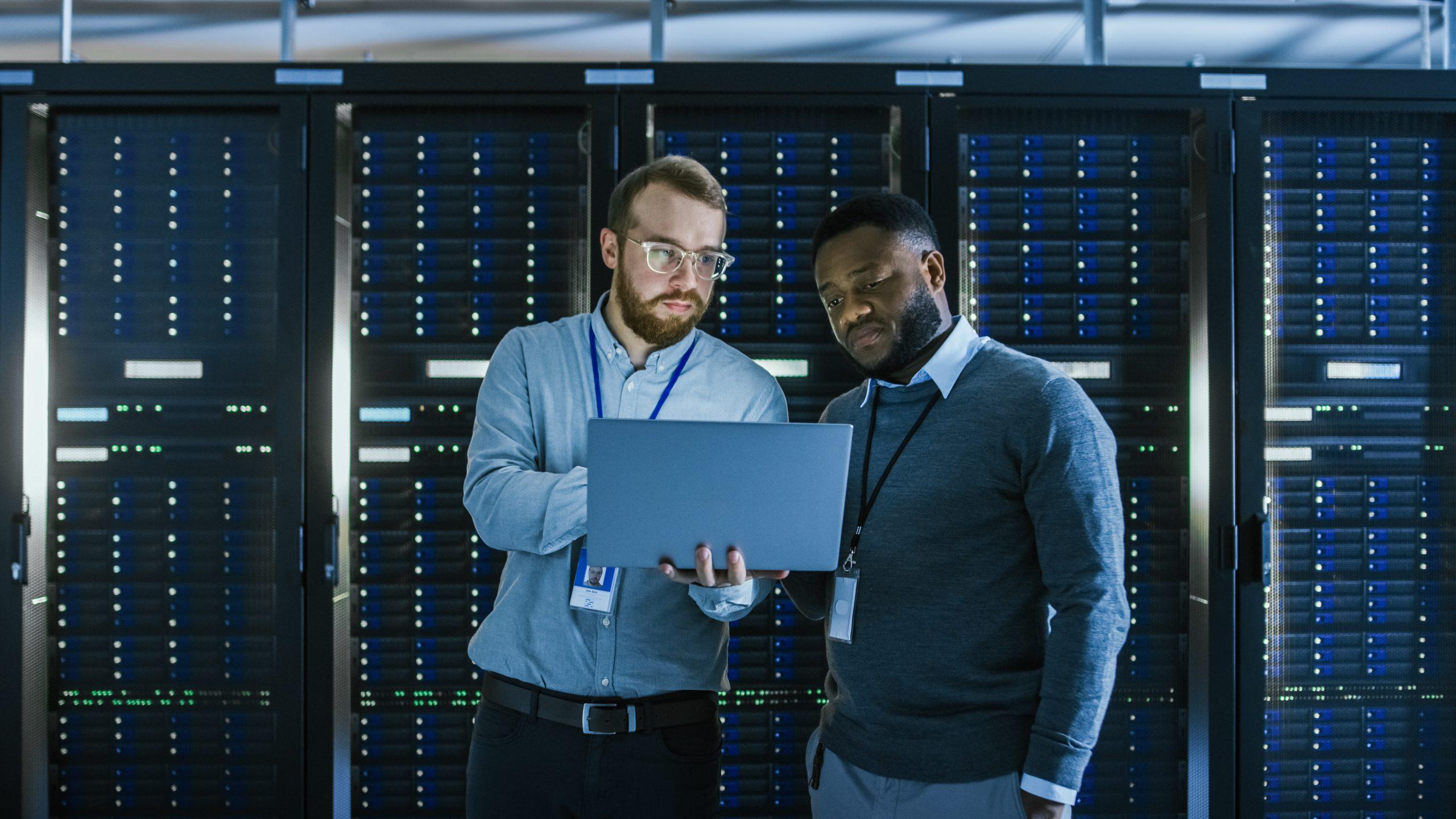 Zwei Männer arbeiten im Serverraum