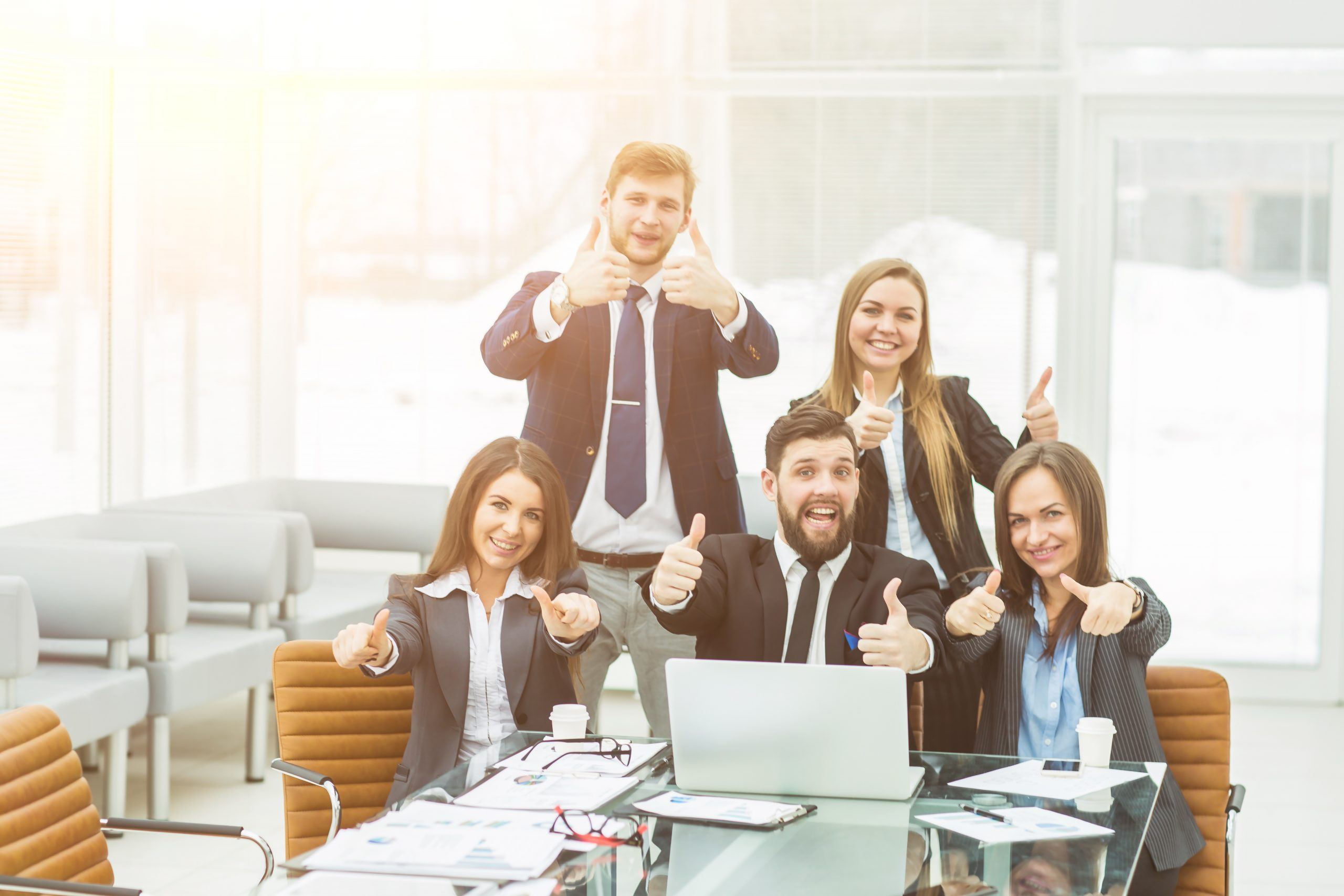Begeisterte Kunden zeigen Daumen hoch