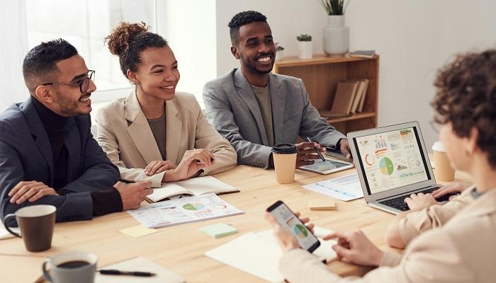 Glückliche Mitarbeiter im Meeting