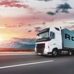 Rogator-Roadshow 2021 Truck auf Straße Sonnenuntergang
