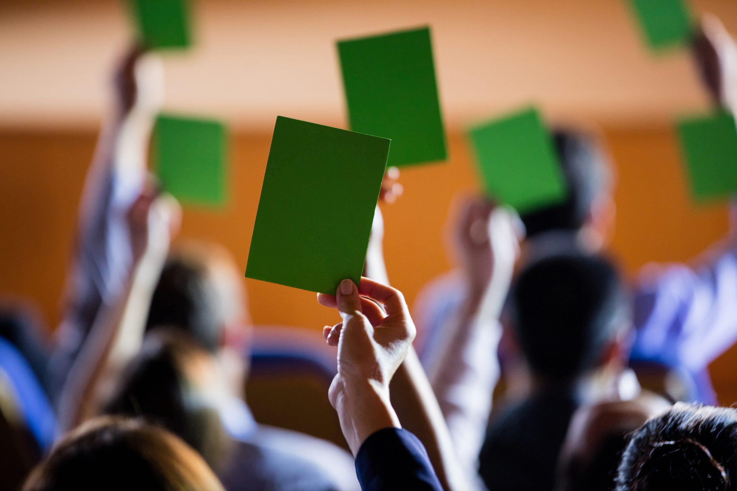 Wahlen mit grünen Umschlägen
