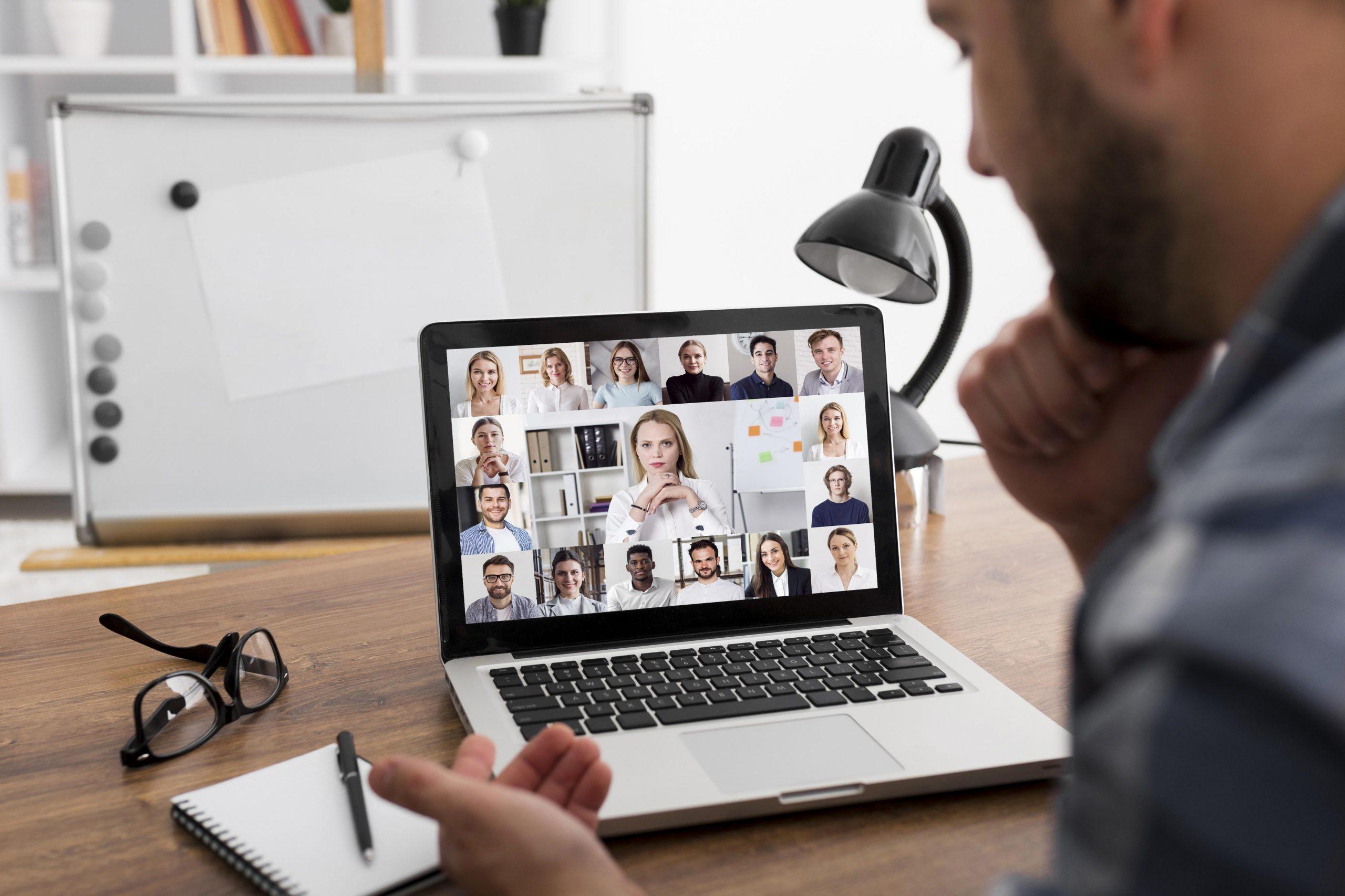 Mann in einer Video-Konferenz Home-Office