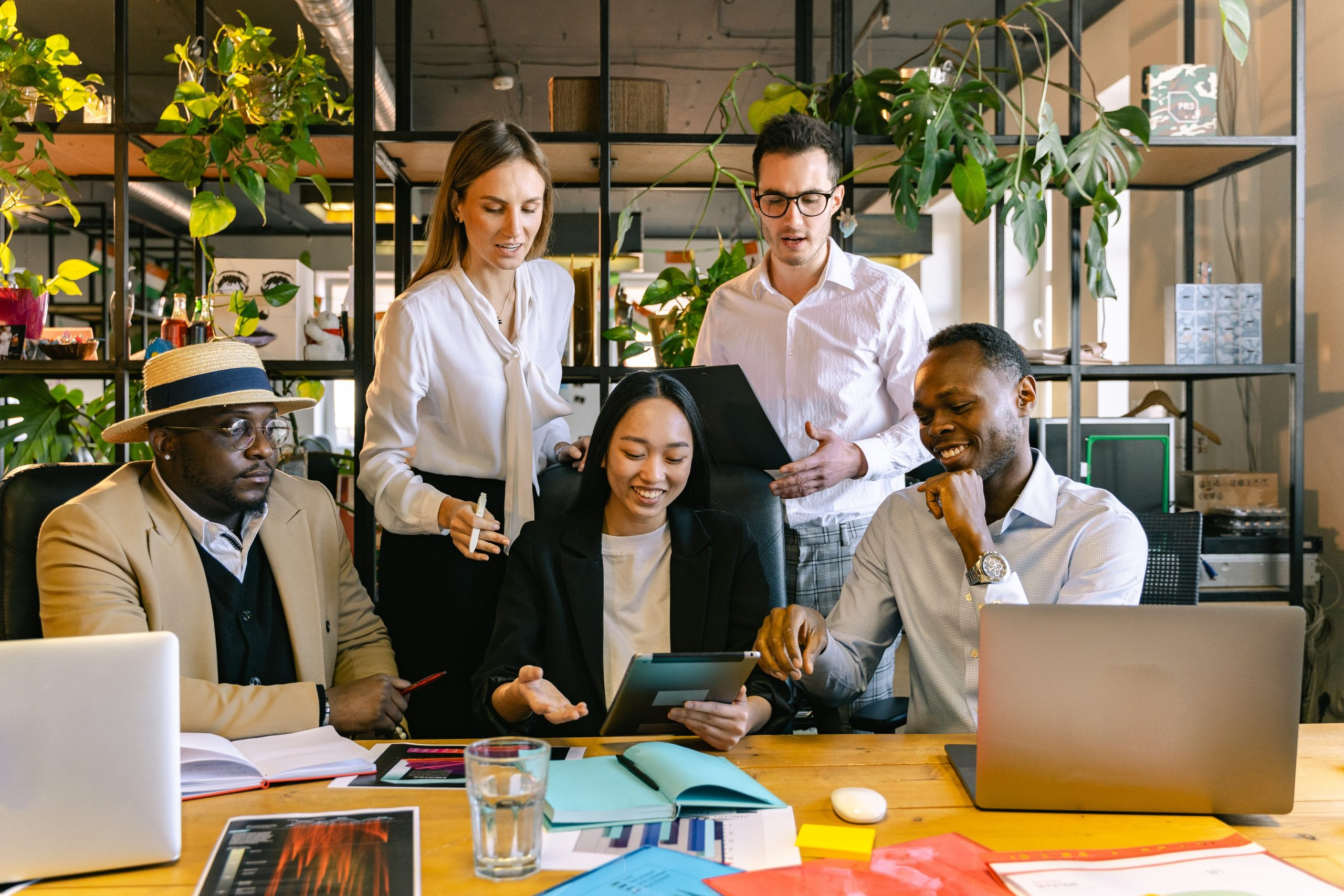 diversity team arbeitet zusammen